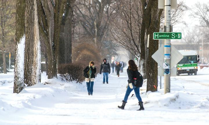Students+walk+across+a+frigid+UND+campus.